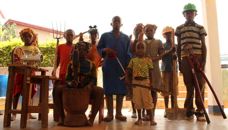 """Do pracy dzieci są przyzwyczajone od dzieciństwa. Jest to normą. Wakacje spędzają pracując w polu. W Kamerunie jest jak w Pismie Św.: """"Kto nie chce pracować, niech też nie je!"""" Zdjęcie zrobione z okazje święta pracy 1 maja."""
