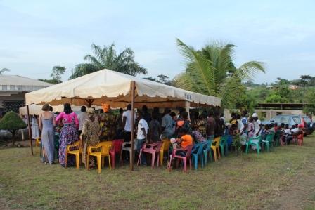 Pogrzeb w Kamerunie - wielka impreza, w której uczestniczy nie jeden dziesiątek krewnych rodziny. Pochówek dziecka takiego przedsięwzięcia nie przywiduje.