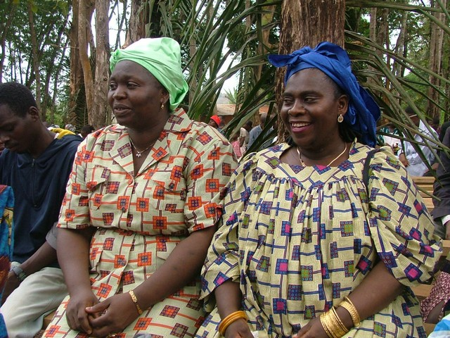 Kobiety podczas jednej z parafialnych uroczystości w tradycyjnych sukienkach. Zdjęcie z archiwum misji, 2006 r.