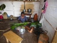 jaska przygotowuje liscie banana do owijania jedzenia_800x600.jpg